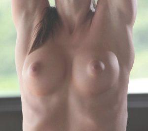 チクニー女性のオッパイ画像